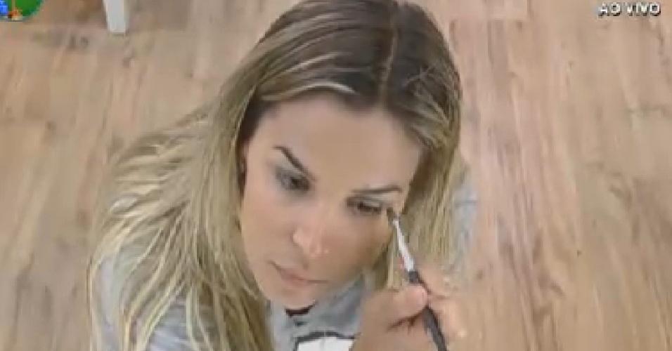 Robertha Portella passa maquiagem antes da prova do fazendeiro desta quarta-feira (11/7/12)