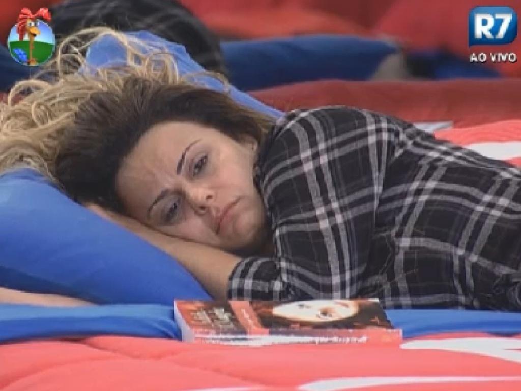 Viviane Araújo chora sozinha no quarto (11/7/12)
