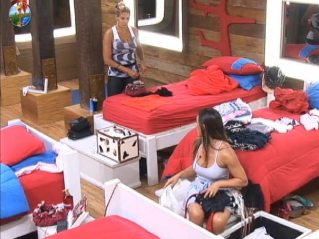 Ângela e Nicole falam de Robertha no quarto da sede (12/7/12)