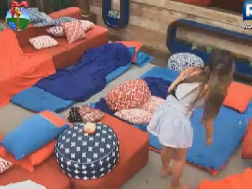 Nicole Bahls se prepara para dormir na varada da sede (11/7/12)