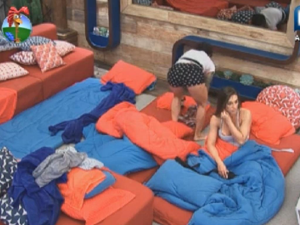 Peões se arrumam depois de dormir fora da sede na manhã desta quinta-feira (12)