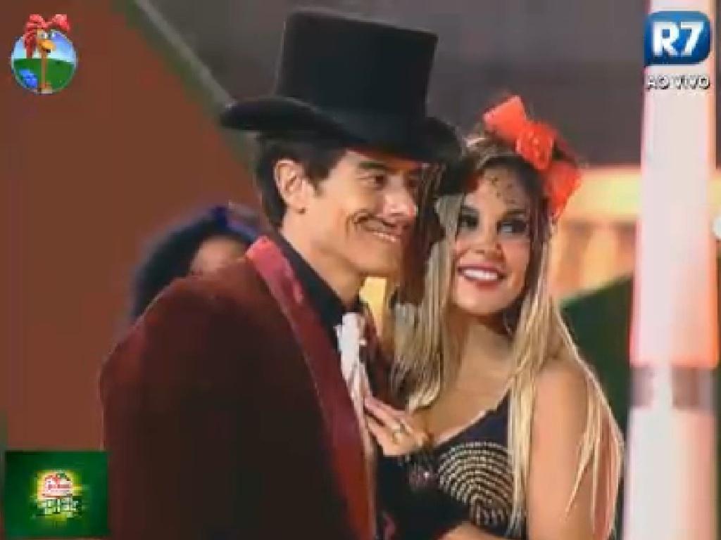 Felipe Folgosi e Robertha Portella fazem pose para foto na festa desta sexta (13/7/12)