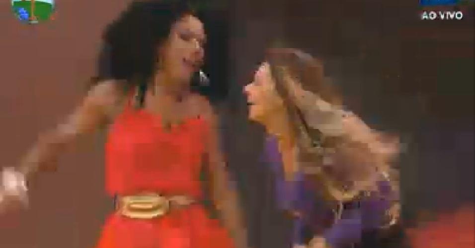 Com a roupa de dormir, Viviane Araújo dança uma música com Simone Sampaio (13/7/12)