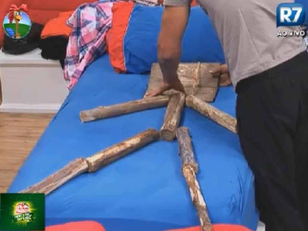Diego Pombo monta um boneco de lenha na cama de Robertha Portella (14/7/12)