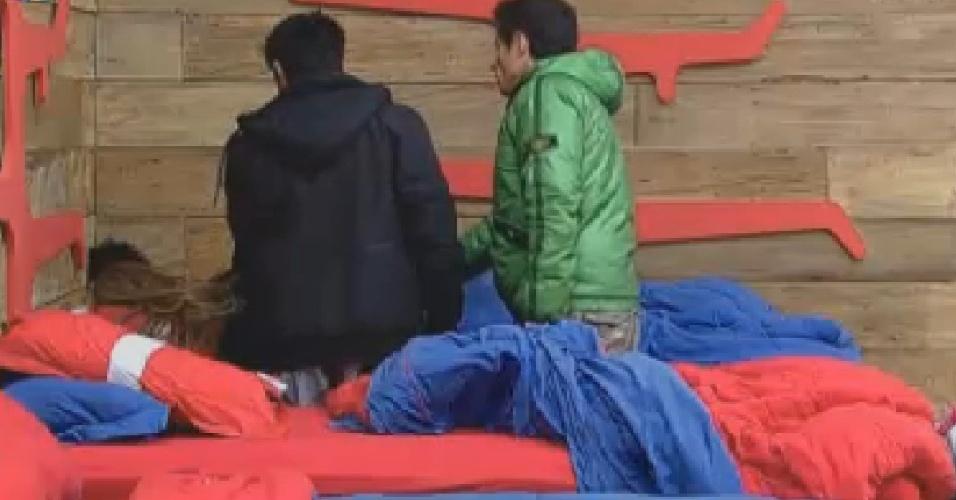 Felipe Folgosi (de verde) e Vavá (de preto) caem em pegadinha de Léo Áquilla (14/7/12)