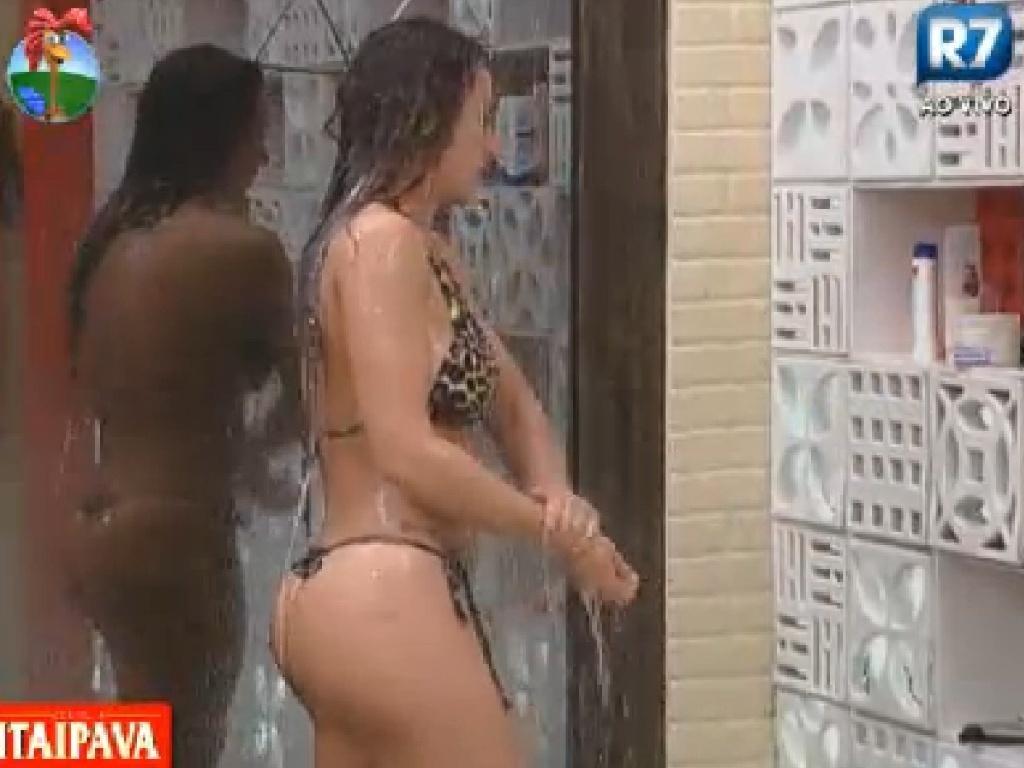 Nicole Bahls toma banho com biquini estampando de oncinha (14/7/12)