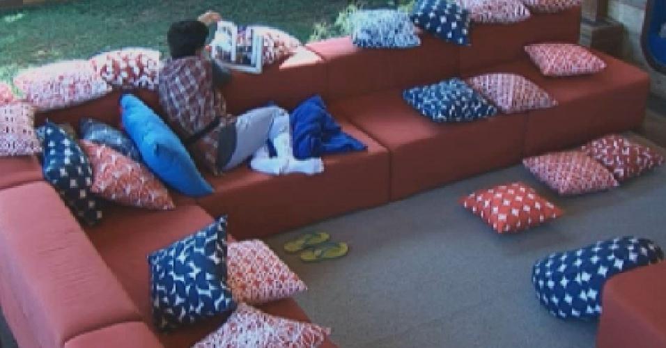 Penélope contempla fotos do marido na varanda (14/7/12)