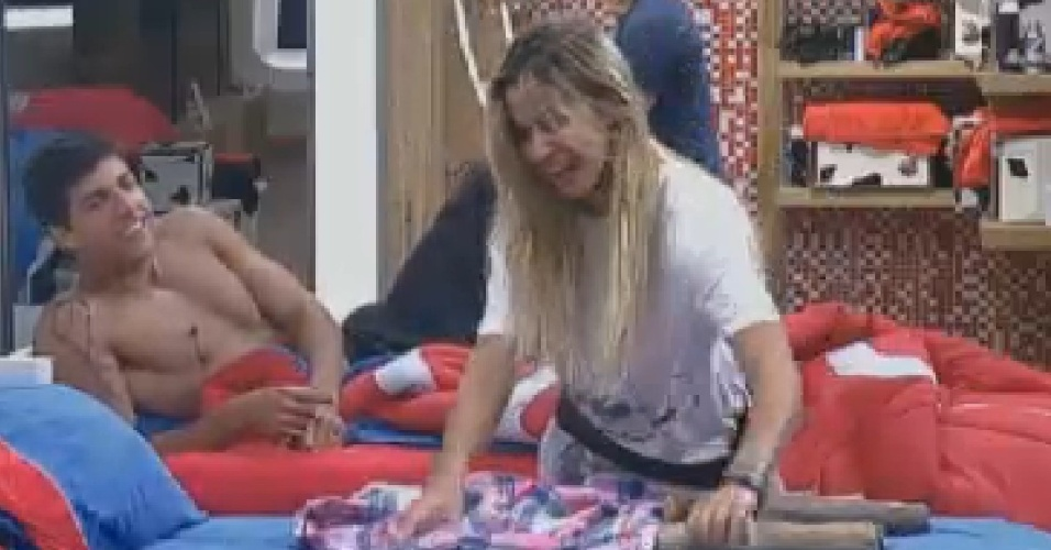 Robertha Portella descobre boneco de lenha montado por Diego em sua cama (14/7/12)