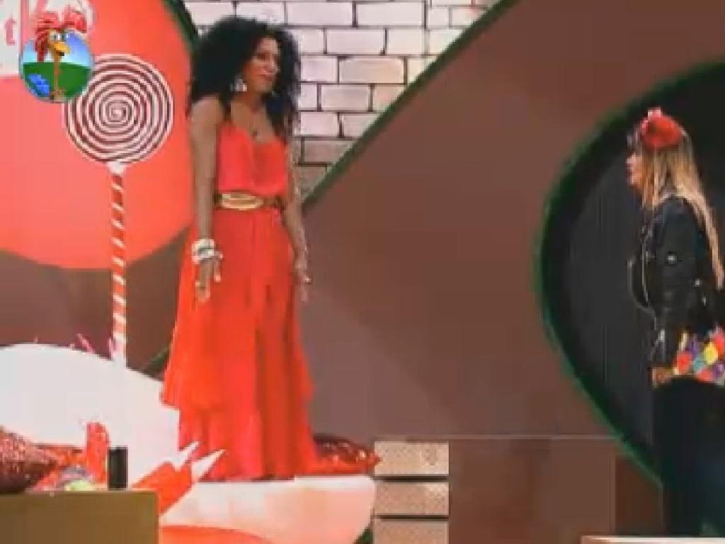 Simone Sampaio e Robertha Portella conversam ao som de