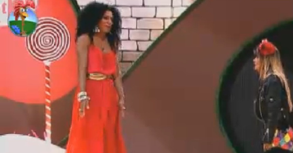 "Simone Sampaio e Robertha Portella conversam ao som de ""Where Is The Love"", da banda Black Eyed Peas (13/7/12)"