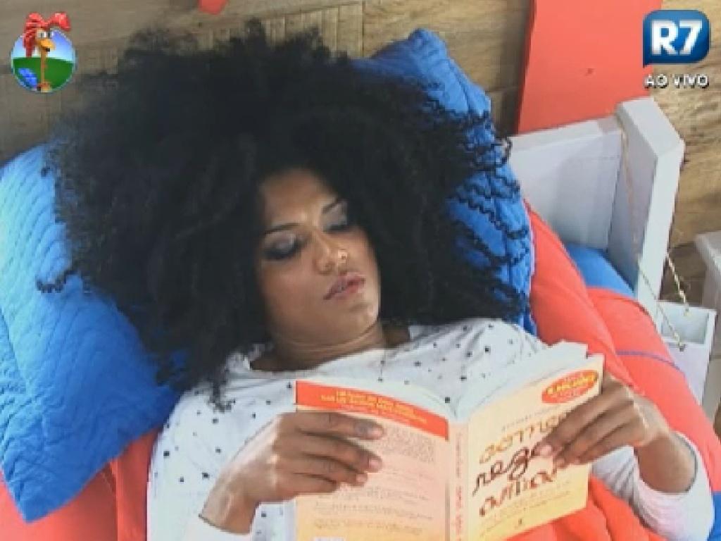 Simone Sampaio se concentra na leitura de um livro (14/7/12)