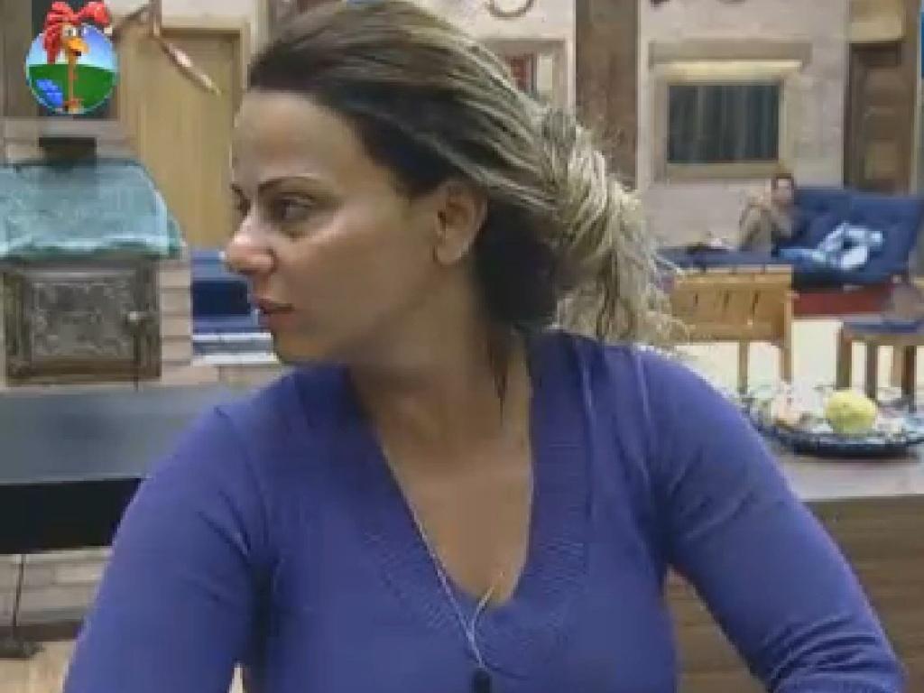 Viviane reclama de bagunça deixada por Vavá na cozinha (14/7/12)