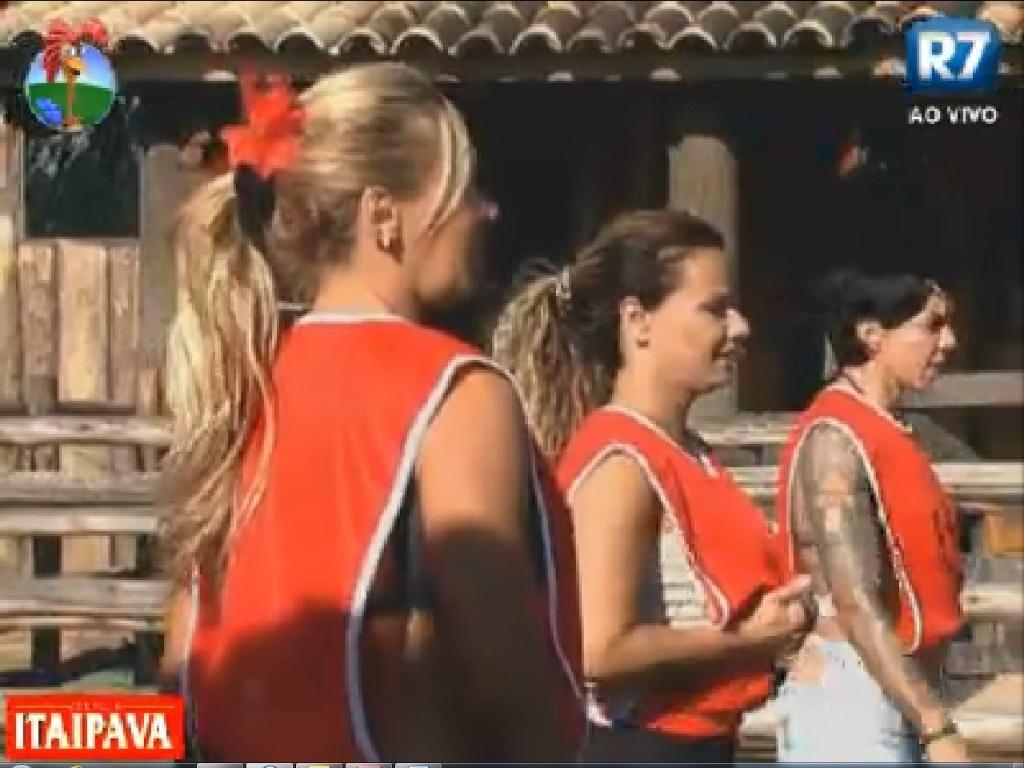 Ângela Bismarchi, Viviane Araújo e Penélope Nova jogam queimada (15/7/12)