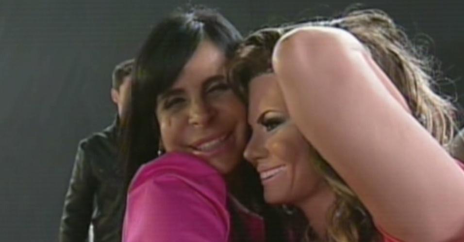 """Gretchen abraça """"Viviane Araújo de plástico"""" no programa """"Os Legendários"""" na noite deste sábado (15)"""