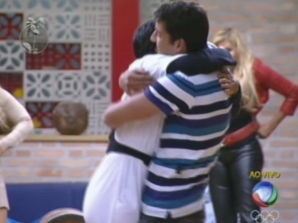 Diego Pombo abraça Penélope Nova após vitória na prova da chave (15/7/12)
