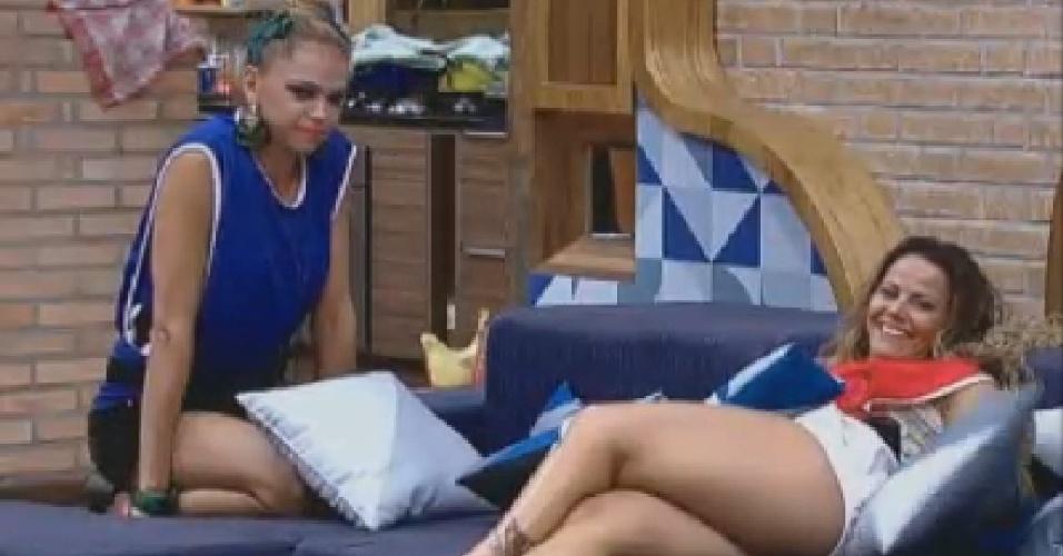 Léo Áquilla e Viviane Araújo agurdam início de jogo de queimada (15/7/12)