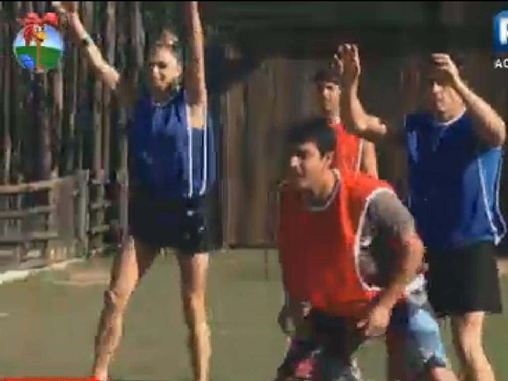 Léo Áquilla, Vavá, Diego Pombo e Felipe Folgosi se preparam para receber a bola durante jogo de queimada (15/7/12)