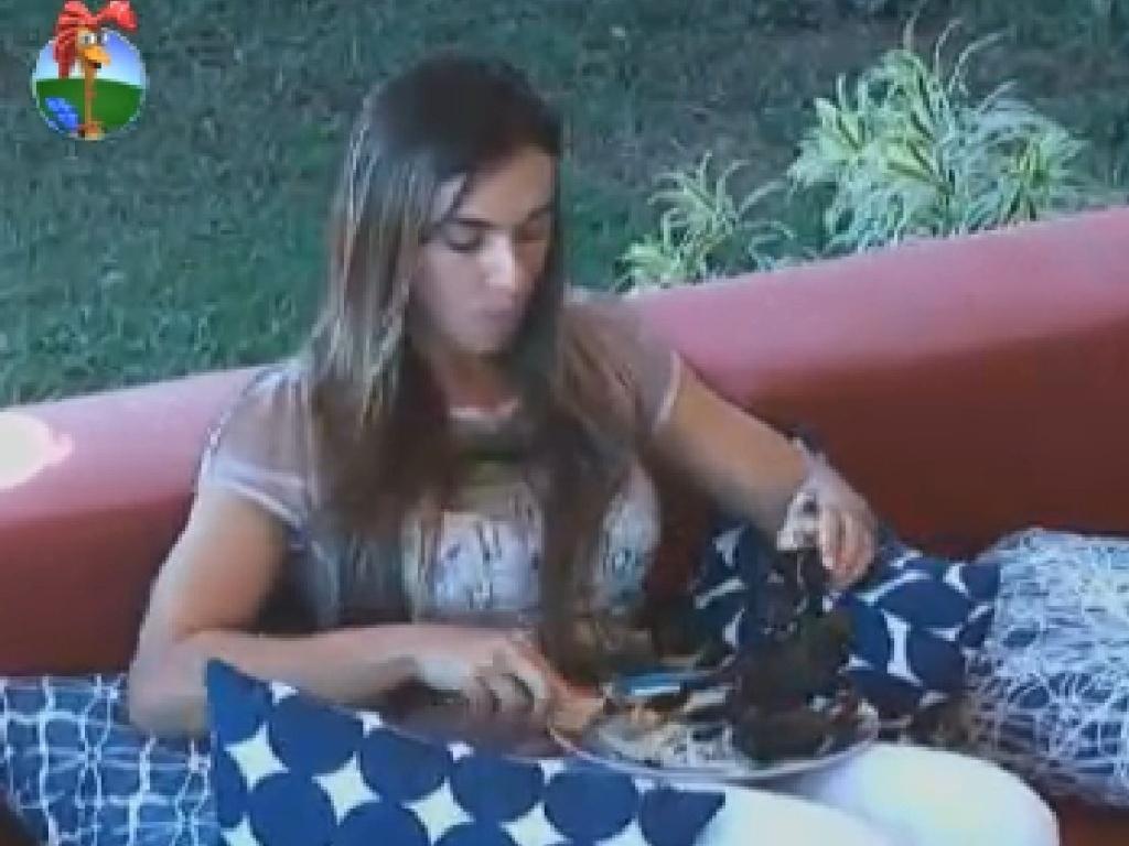 Nicole Bahls come e reclama de Simone Sampaio para Diego Pombo (15/7/12)