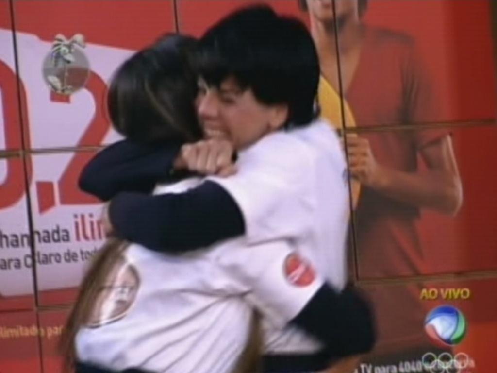 Penélope Nova comemora vitória na prova da chave abraçando Nicole Bahls (15/7/12)