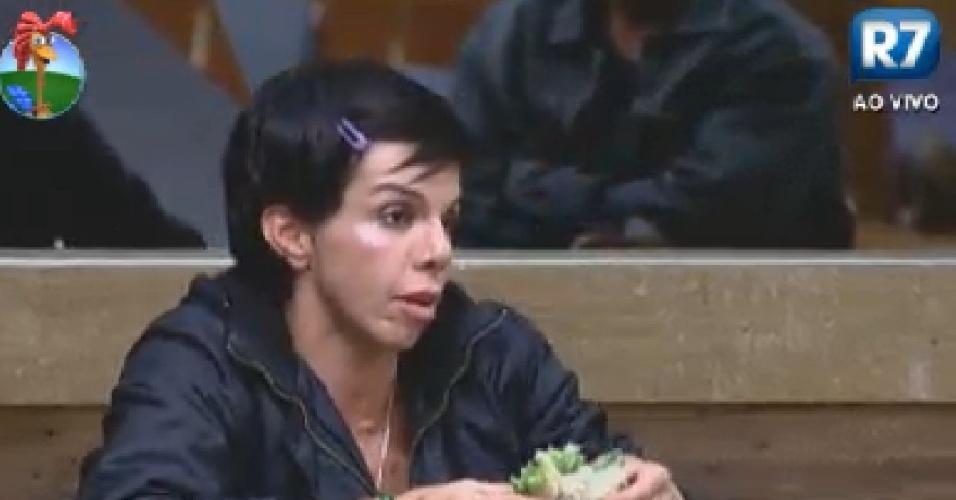 Penélope Nova reclama de Ângela Bismarchi e diz que peoa acha que está de férias em
