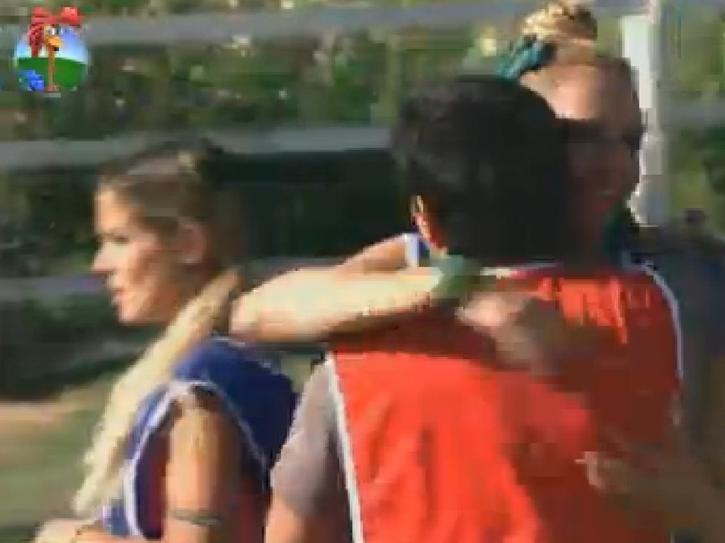Vavá abraça Léo Áquilla depois de acidentalmente acertar uma bola no rosto da drag queen (15/7/12)