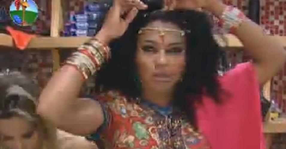 Simone Sampaio coloca acessórios indianos para vídeo (16/7/12)