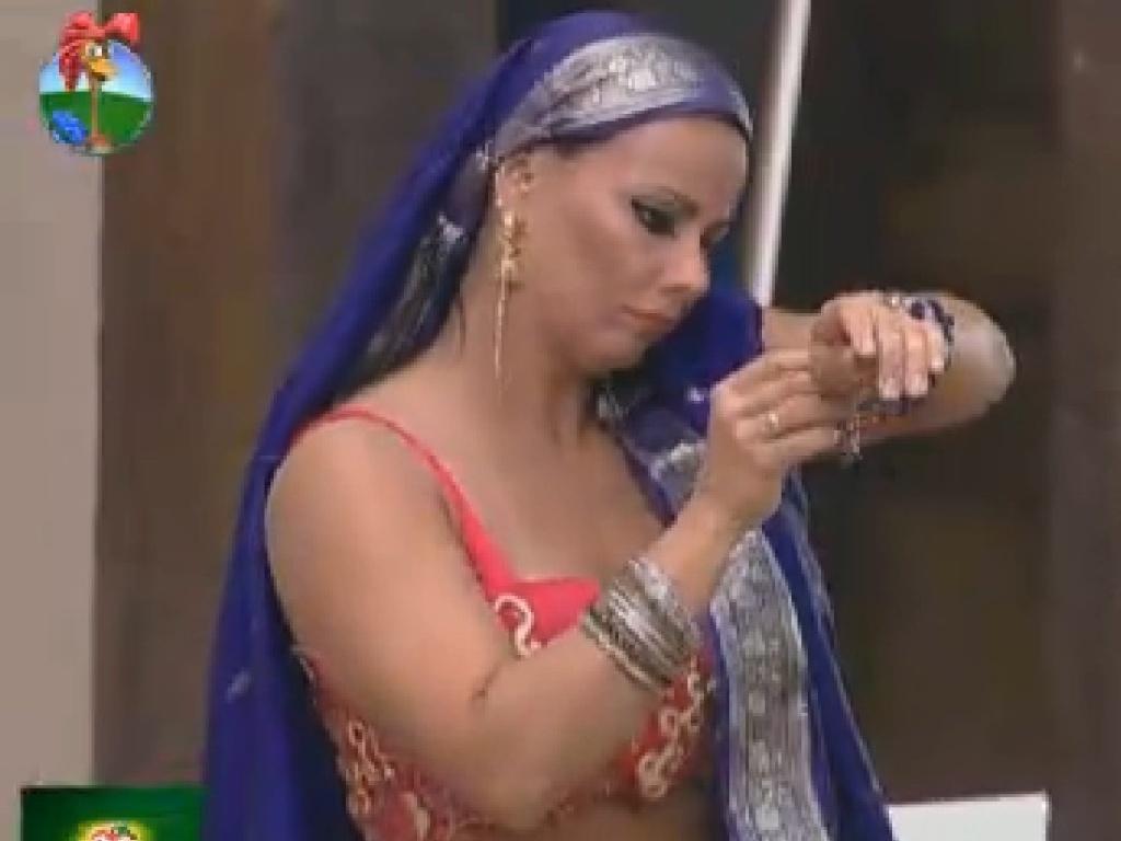 Viviane Araújo arruma acessórios para vídeo inspirado em Bollywood (16/7/12)