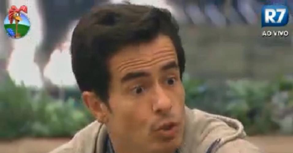 Felipe Folgosi chama atenção de Penélope Nova durante jogo de mímica (17/7/12)