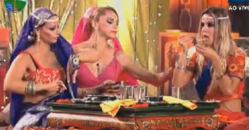 Peoas dançam ao som de música indiana na noite desta segunda-feira (16/7/12)