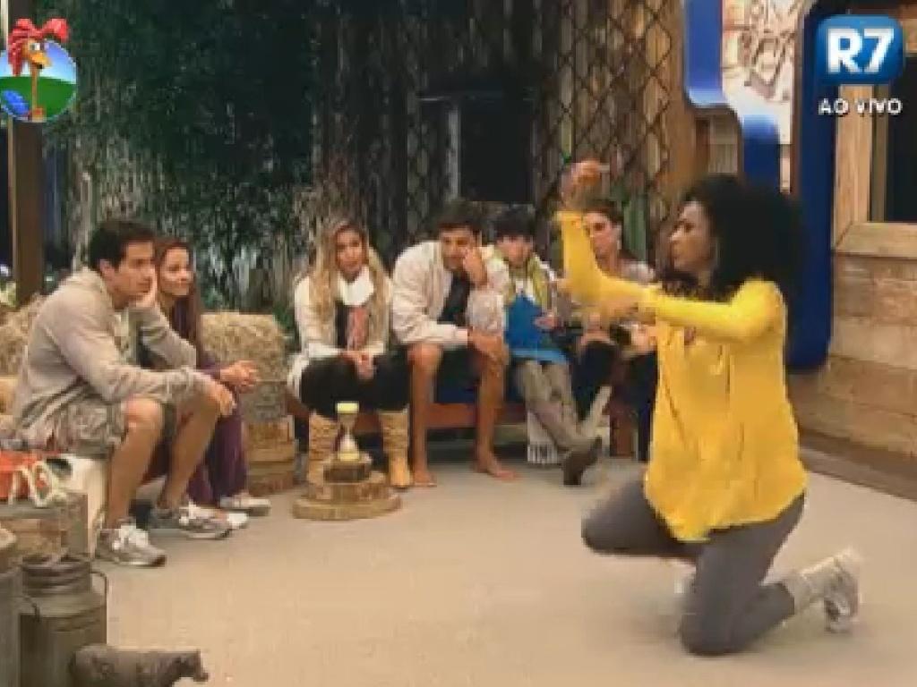 Simone Sampaio faz gestos durante jogo de mímica (17/7/12)