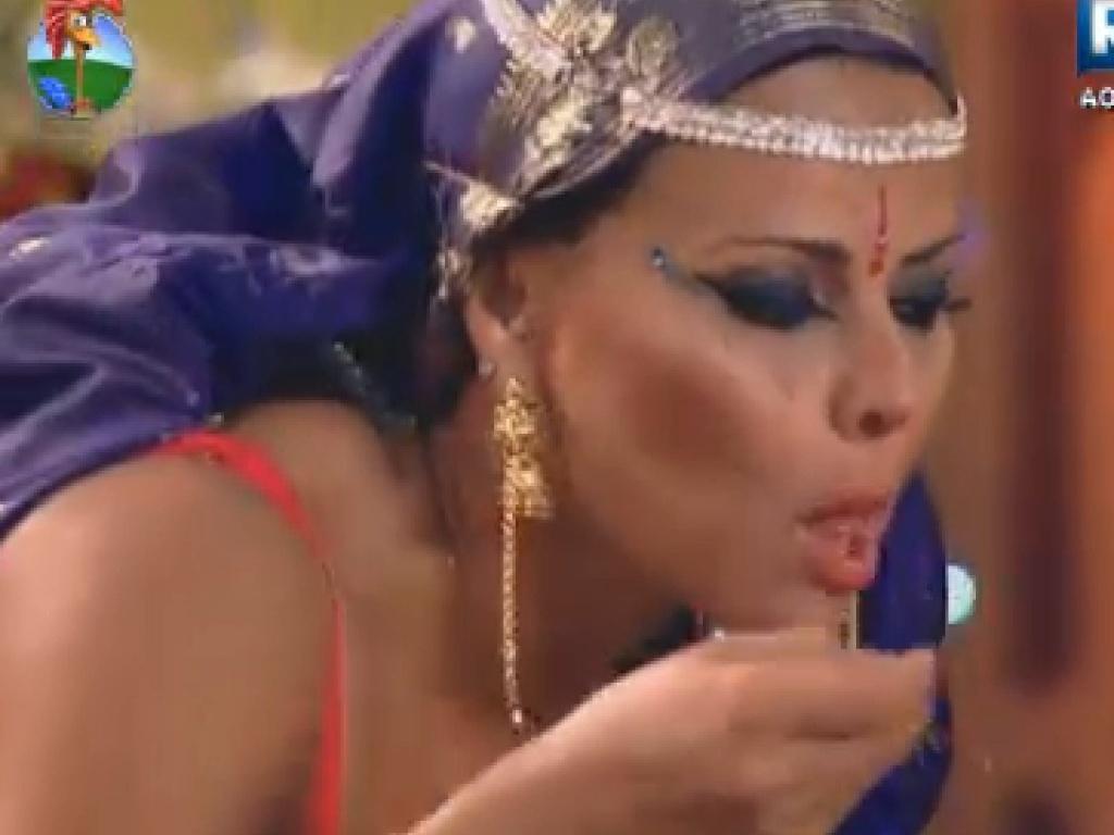 Viviane Araújo se esbalda com comidas temperadas (16/7/12)