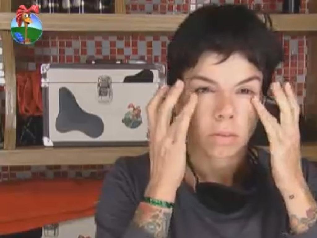 Penélope Nova passa maquiagem ao acordar (18/7/12)