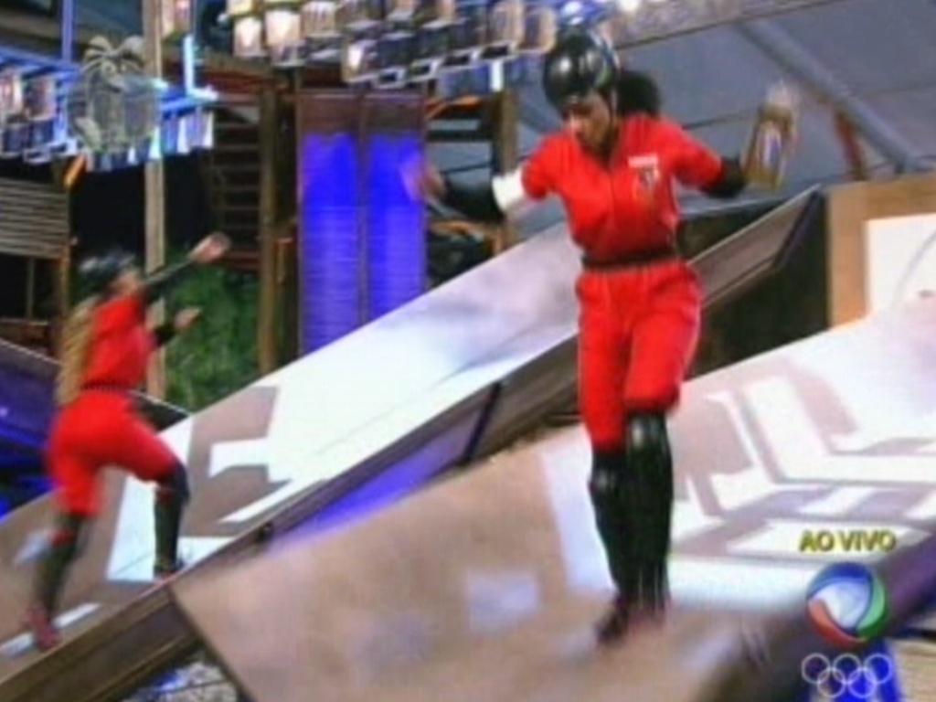 Simone Sampaio se equilibra na rampa durante a prova do fazendeiro (18/7/12)