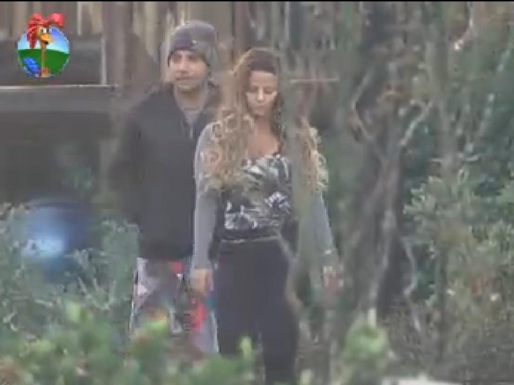 Vavá e Viviane Araújo se elvantam para cuidar das lhamas (18/7/12)