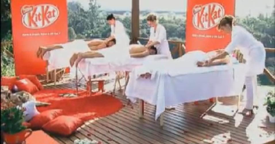 Diego Pombo, Felipe Folgosi e Léo Áquilla relaxam em massagem oferecida por patrocinador do programa (20/7/12)
