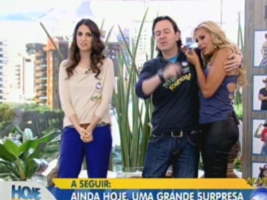Emocionada, Ângela Bismarchi abraça o apresentador Celso Zucatelli (20/7/12)
