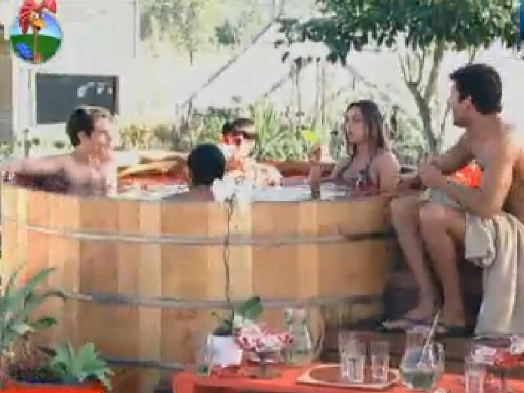 Felipe Folgosi, Penélope Nova, Nicole Bahls, Vavá (costas) e Digeo Pombo aproveitam ofurô depois da massagem (20/7/12)