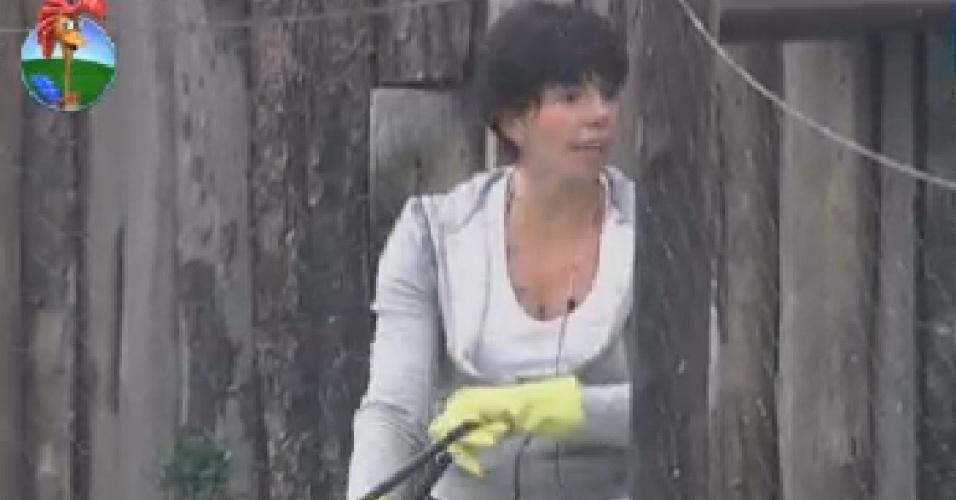Penélope Nova fala com Simone Sampaio enquanto limpa a área das aves (20/7/12)
