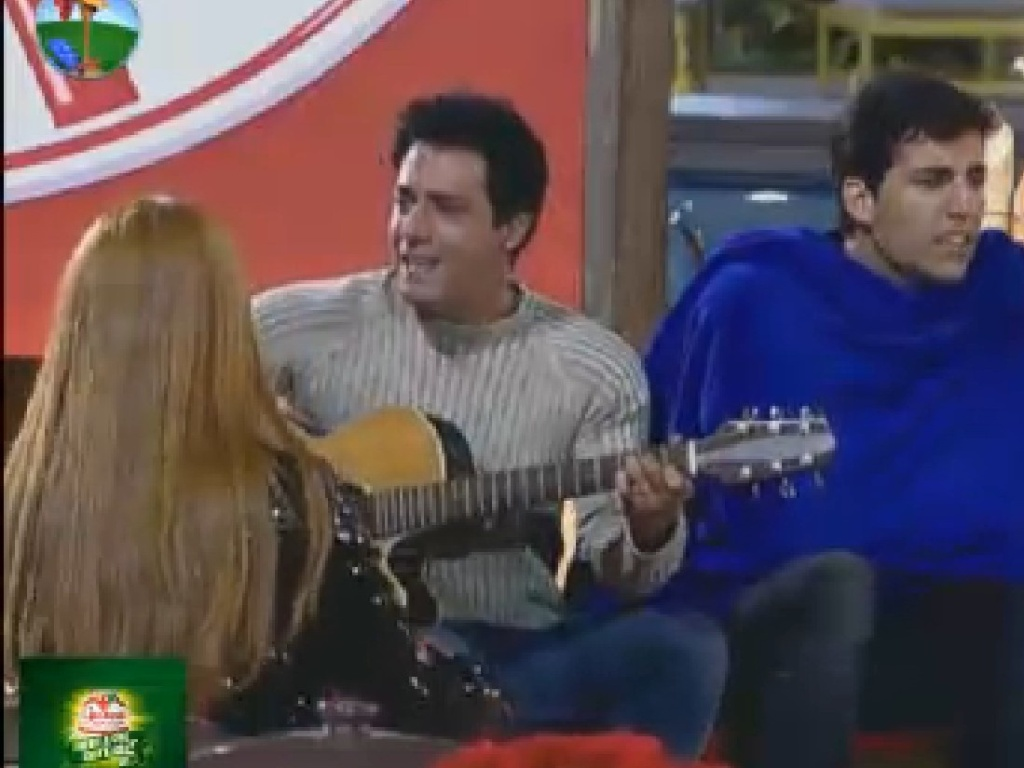 Depois de jantar, Vavá toca violão ao lado de Diego Pombo (21/7/12)