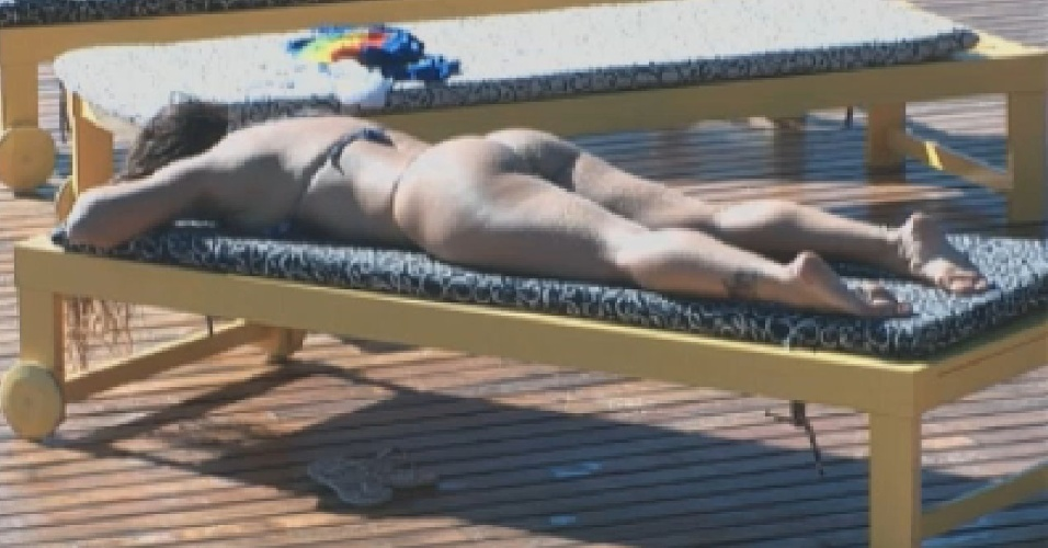 Viviane Araújo se bronzeia na piscina (21/7/12)