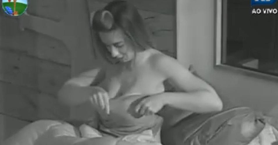 Nicole Bahls se arruma antes de sair da cama para cumpri tarefas na fazenda neste domingo (22/7/12)