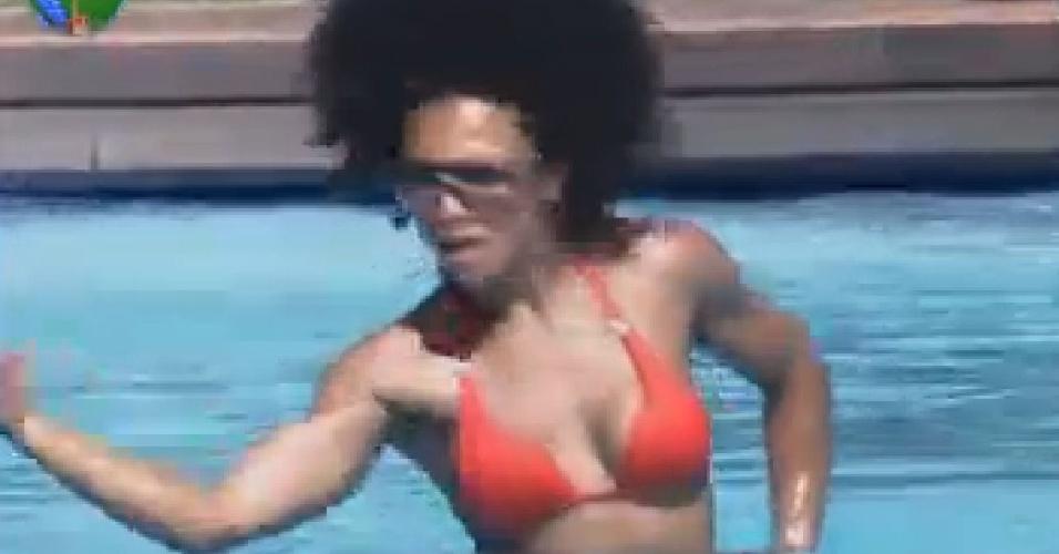 Simone Sampaio dança na piscina (22/7/12)