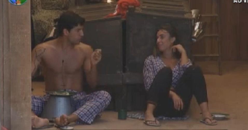 Diego Pombo e Nicole Bahls conversam no celeiro (23/7/12)