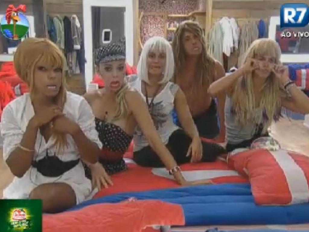 Na sede, peões experimentam perucas de Léo Áquilla e fazem caretas para o espelho (23/7/12)