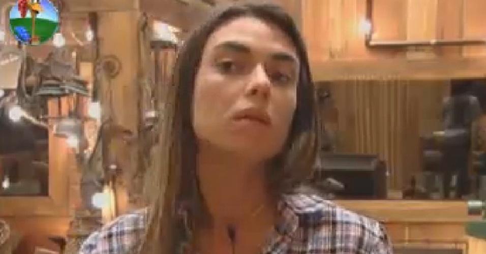 Nicole Bahls confere maquiagem no espelho do celeiro (23/7/12)