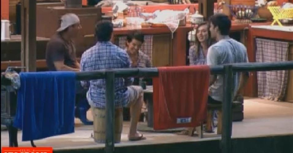 No celeiro, Vavá, Felipe Folgosi, Penélope Nova, Diego Pombo e Nicole Bahls brincam com pedras (24/7/12)