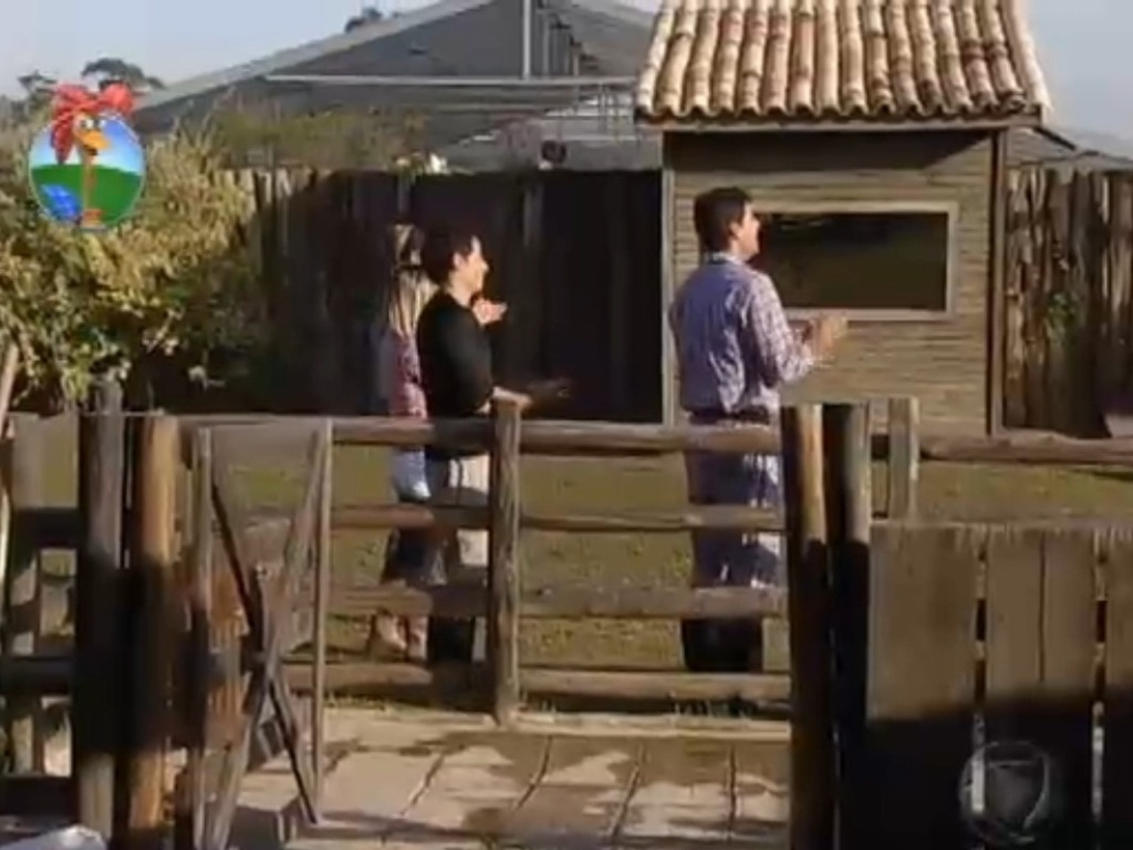 Peões aplaudem ironicamente Vavá depois que o pagodeiro terminou a ordenha da vaca (23/7/12)