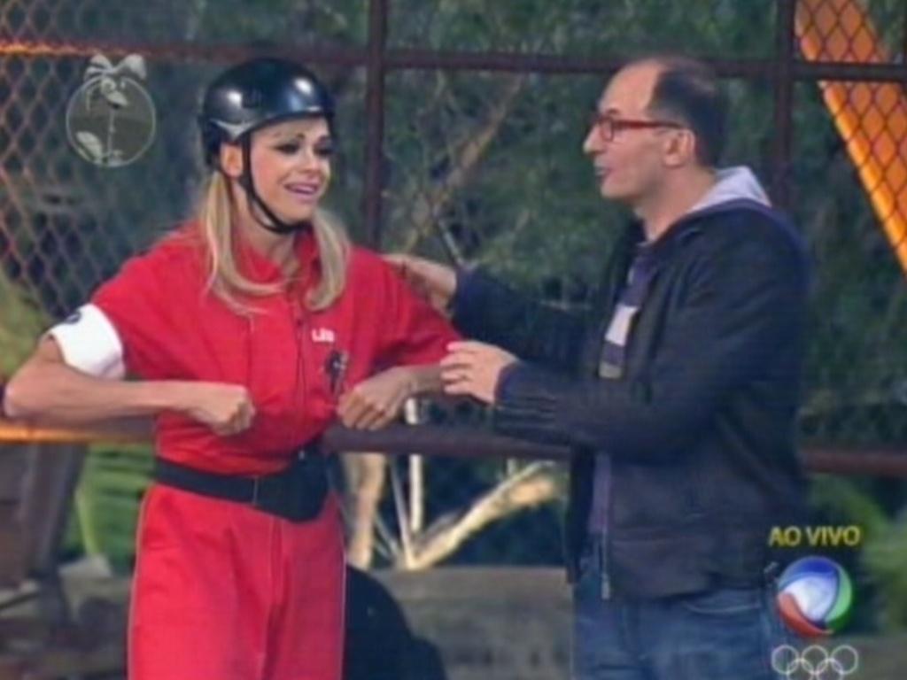 Emocionada, Léo Áquilla recebe os parabéns de Britto Jr. após vencer a prova do fazendeiro (25/7/12)