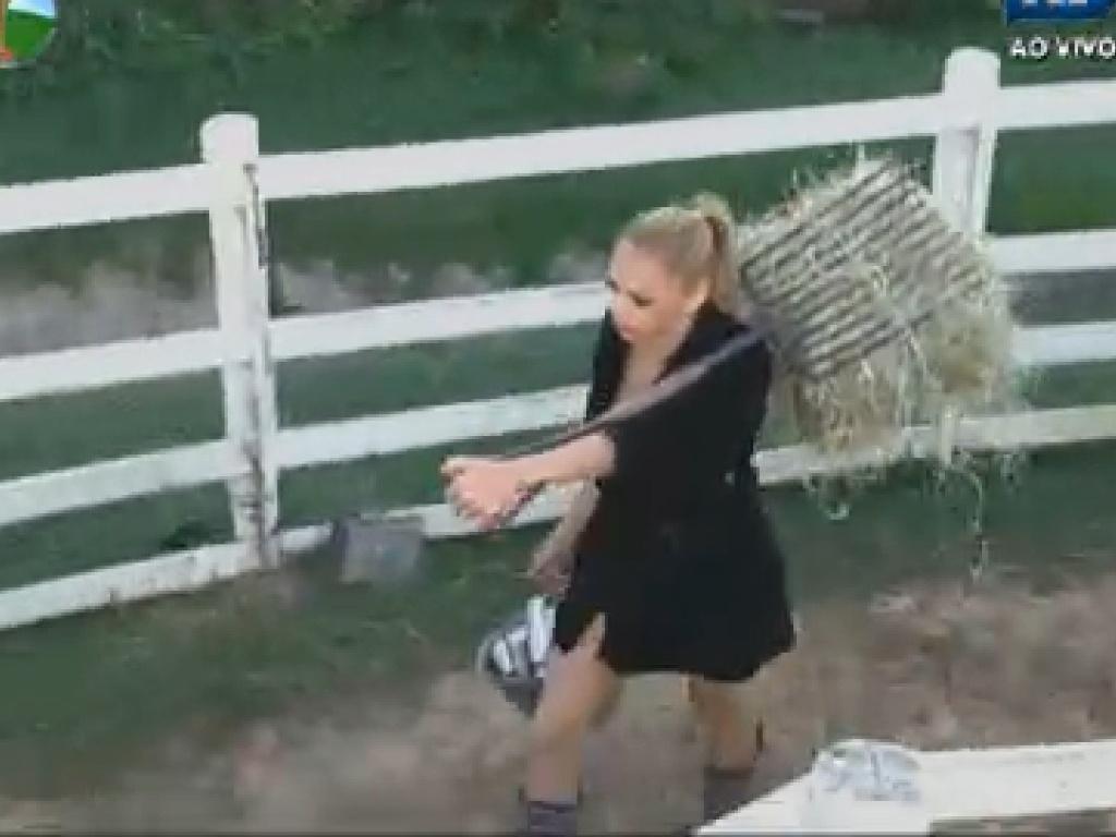Léo Áquilla carrega fardo de feno para cumprir tarefas do dia em