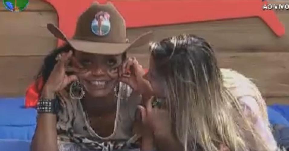 Sem largar o chapéu de fazendeira, Simone Sampaio brinca com Robertha Portella (24/7/12)